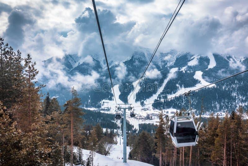 berg för kabelbil Scenisk sikt av de Kaukasus bergen och de stora dramatiska molnen arkivbild