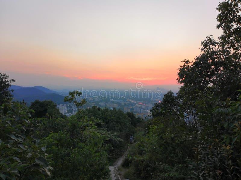 Berg f?r Kina xihuhangzhou downlight arkivbild