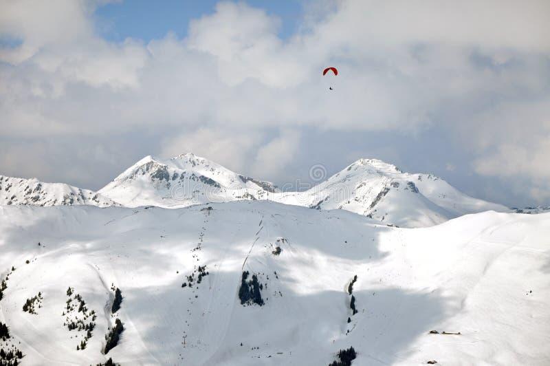 Berg för ovannämnd snö för Paragliding dolda royaltyfria foton