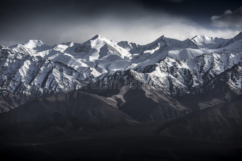 Berg för vinterlandskapsnö med blå himmel från Leh Ladakh Indien royaltyfri foto