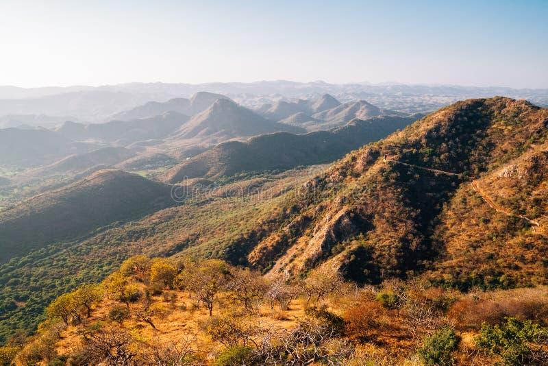 Berg från monsunslott i Udaipur, Indien royaltyfria bilder