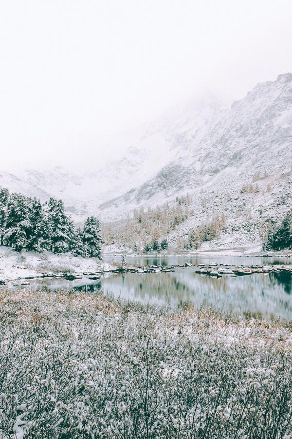 Berg frostig morgon för sjö arkivbilder