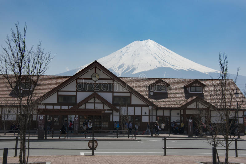 Berg Fuji achter Kawaguchiko-Post, Minamitsuru-District, Yamanashi-Prefectuur, Japan op April 2014 stock afbeeldingen
