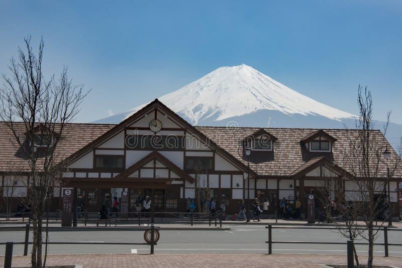 Berg Fuji bak den Kawaguchiko stationen, Minamitsuru område, Yamanashi prefektur, Japan på April 2014 arkivbilder