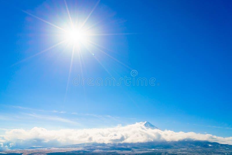 Berg Fuji med blå himmel och solen, Japan royaltyfri foto