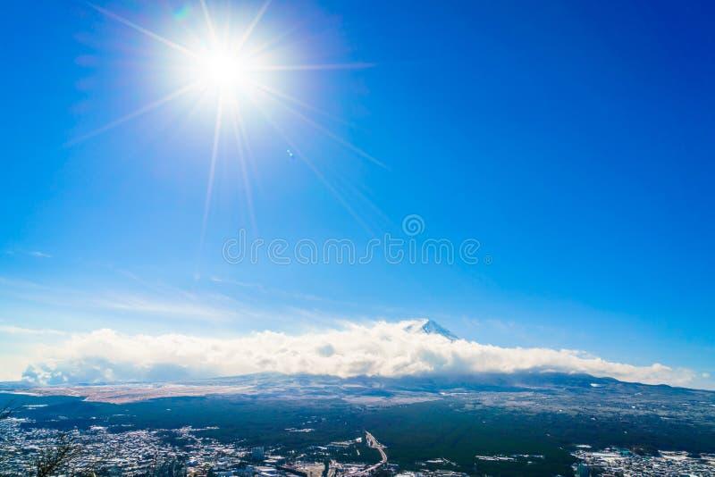 Berg Fuji med blå himmel och solen, Japan royaltyfria bilder