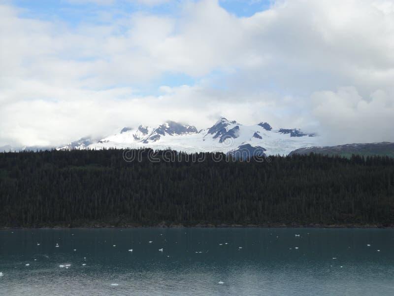Berg gefüllter Horizont auf dem Pazifischen Ozean Innere Durchführung Alaska stockfotografie