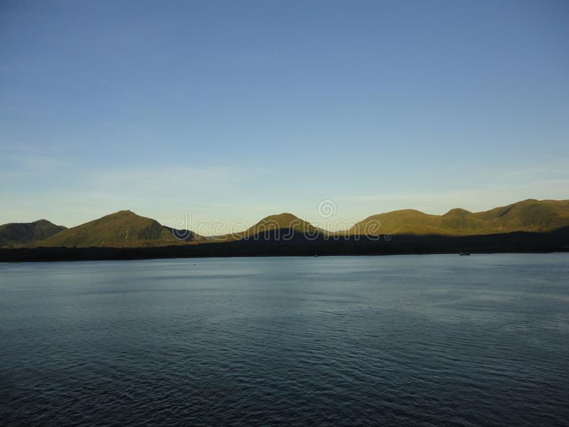 Berg gefüllter Horizont auf dem Pazifischen Ozean Innere Durchführung Alaska stockbilder