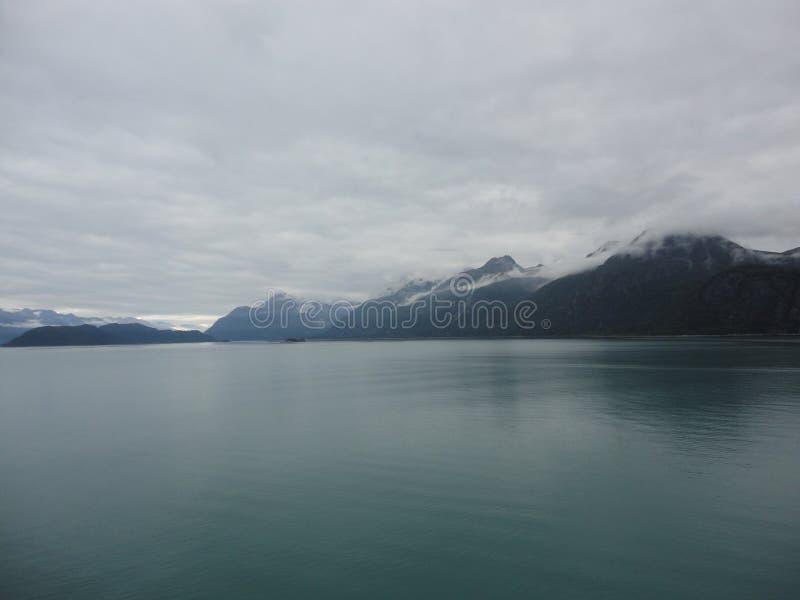 Berg gefüllter Horizont auf dem Pazifischen Ozean Innere Durchführung Alaska lizenzfreies stockbild