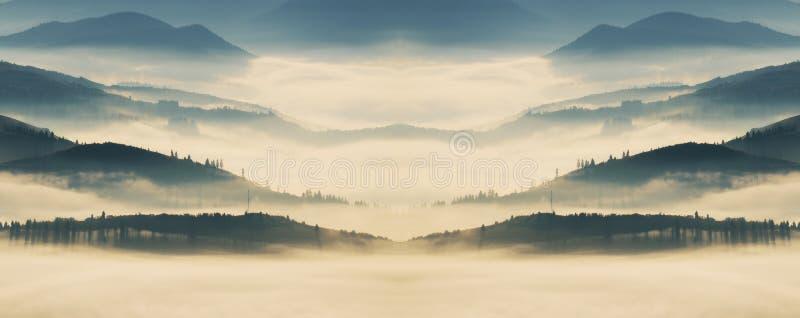 Berg Höstmorgon i de Carpathian bergen dimmig gryning royaltyfri bild