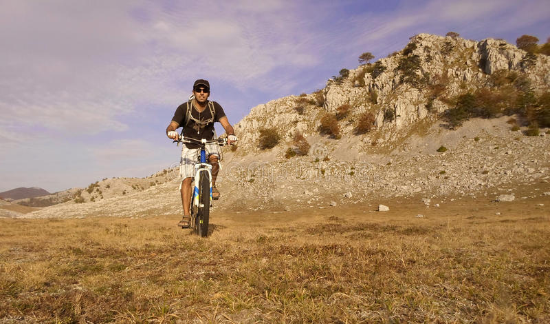 Berg het biking stock afbeeldingen