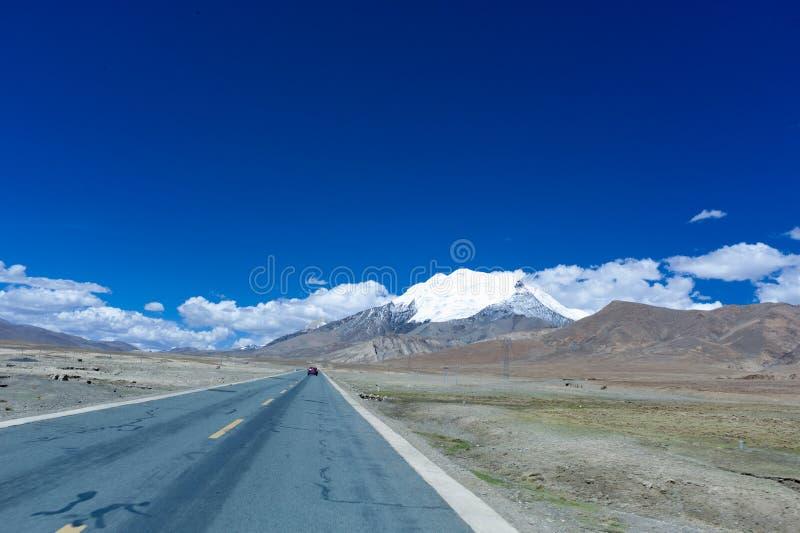 Berg hightway und Wolke lizenzfreie stockfotografie