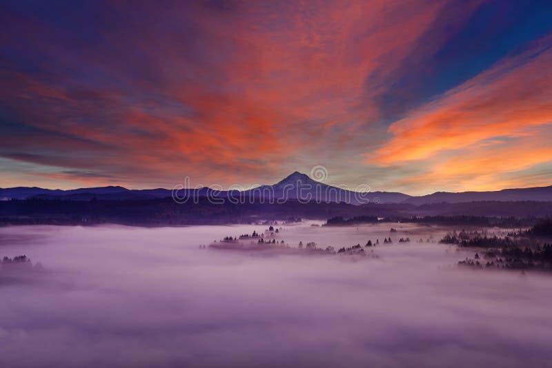 Berg Hood Foggy Landscape an der Dämmerung lizenzfreies stockbild