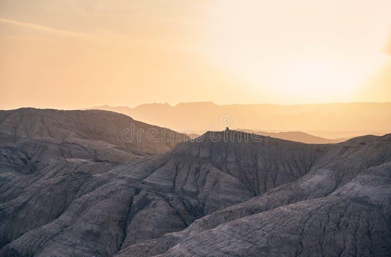 Berg i öknen på solnedgången arkivfoton