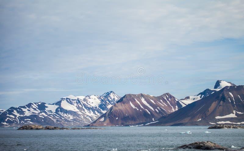 Berg i arktisk fotografering för bildbyråer