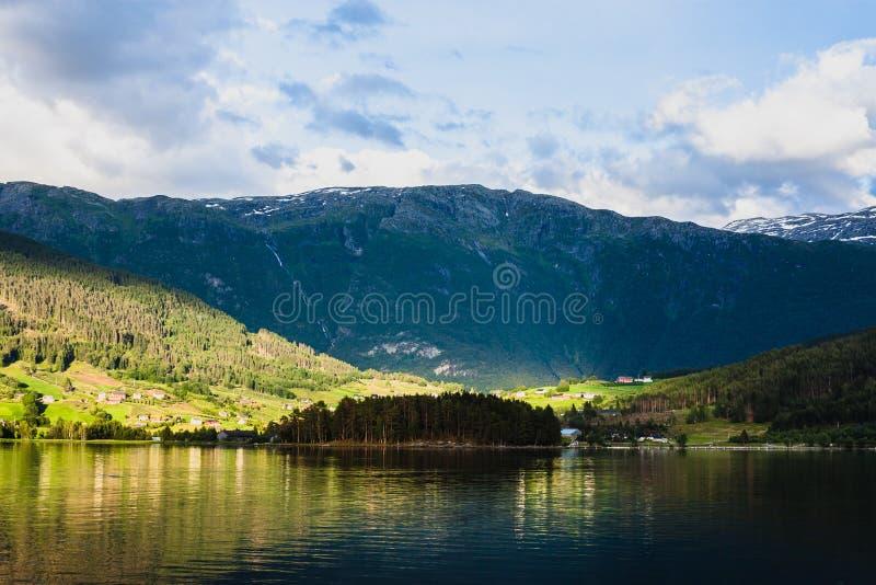 Berg i byn Ulvik i Norge arkivfoto