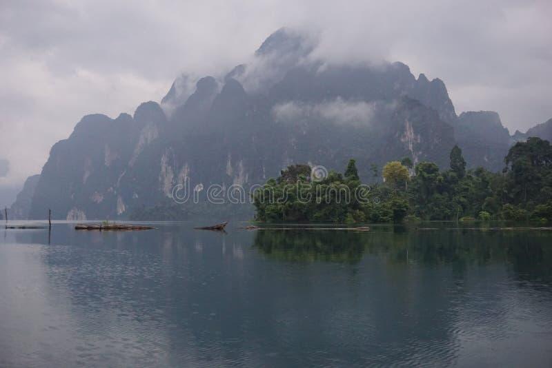 Berg i Chao Lan Dam arkivbilder