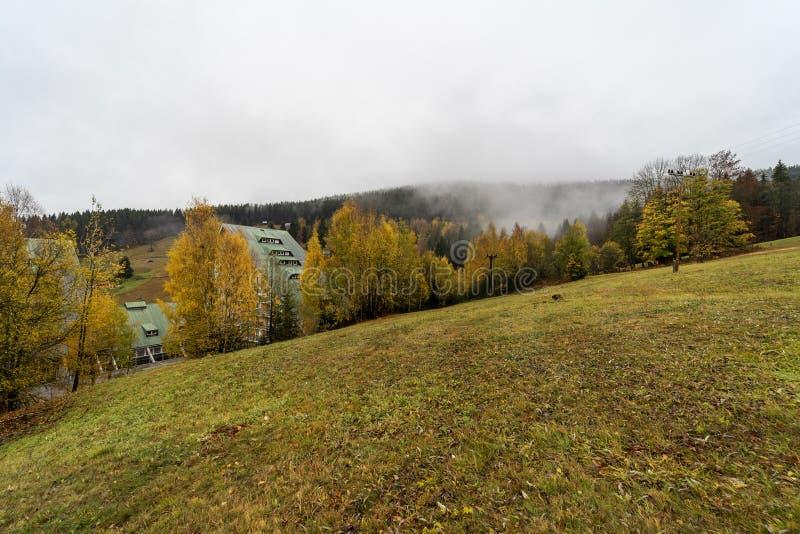 Berg i färgerna av hösten Spindleruv Mlyn fotografering för bildbyråer