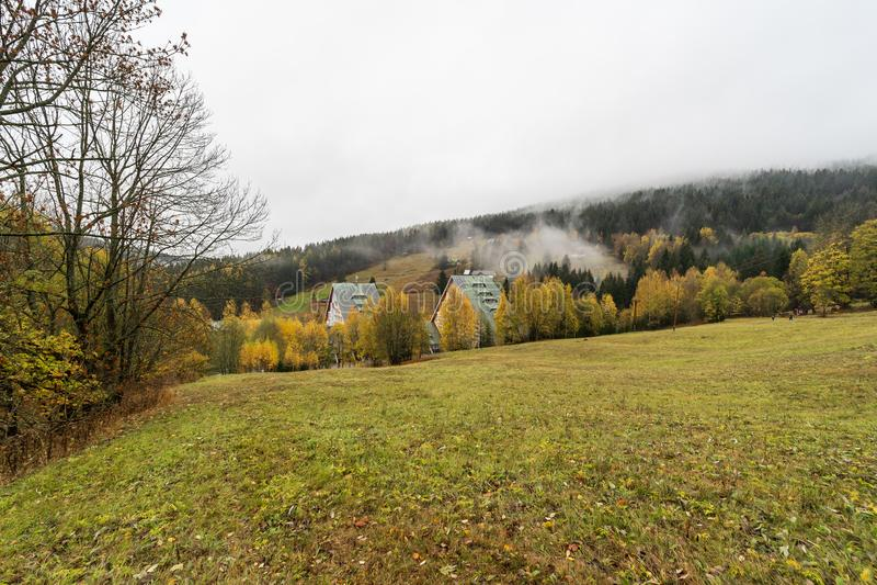 Berg i färgerna av hösten Spindleruv Mlyn royaltyfri foto