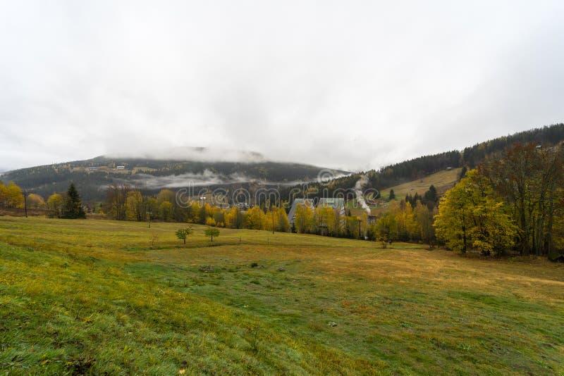 Berg i färgerna av hösten Spindleruv Mlyn arkivfoton