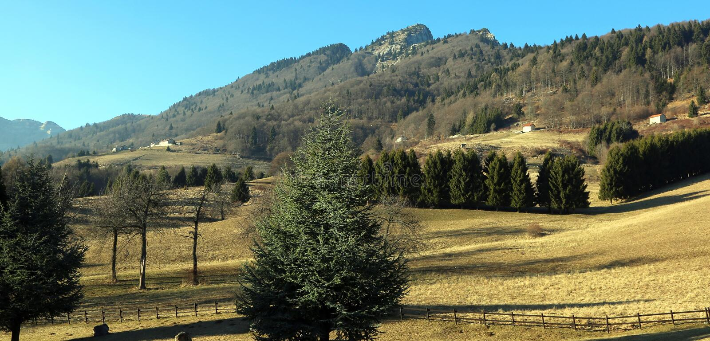 Berg i nordliga Italien i vintern med berget kallar royaltyfria bilder
