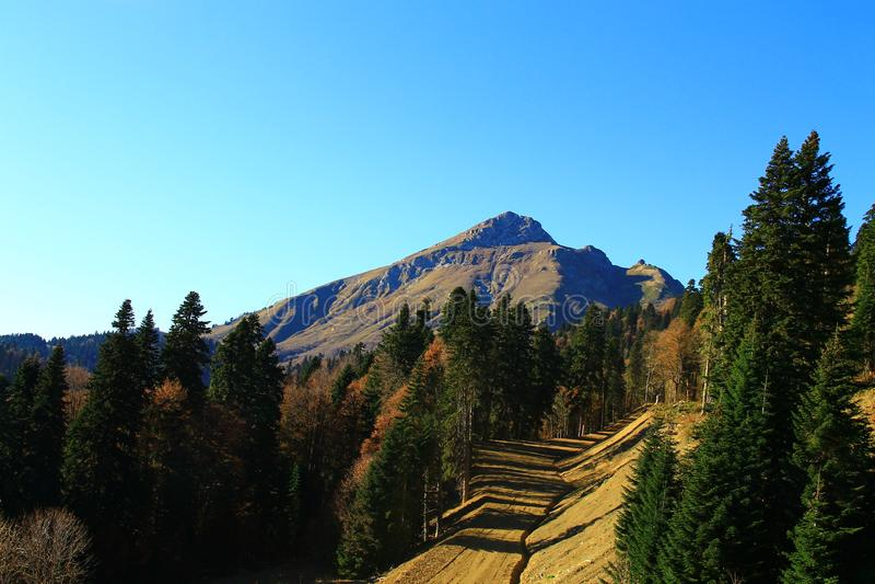 Berg i Rosa Khutor, tur till Mendelikh vattenfall royaltyfri fotografi