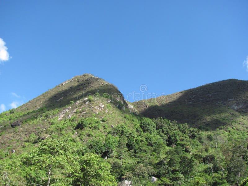 Berg i solljus med skuggan av moln royaltyfri foto