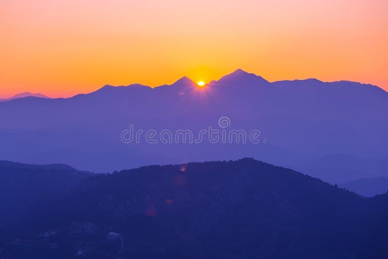 Berg i soluppgång fotografering för bildbyråer