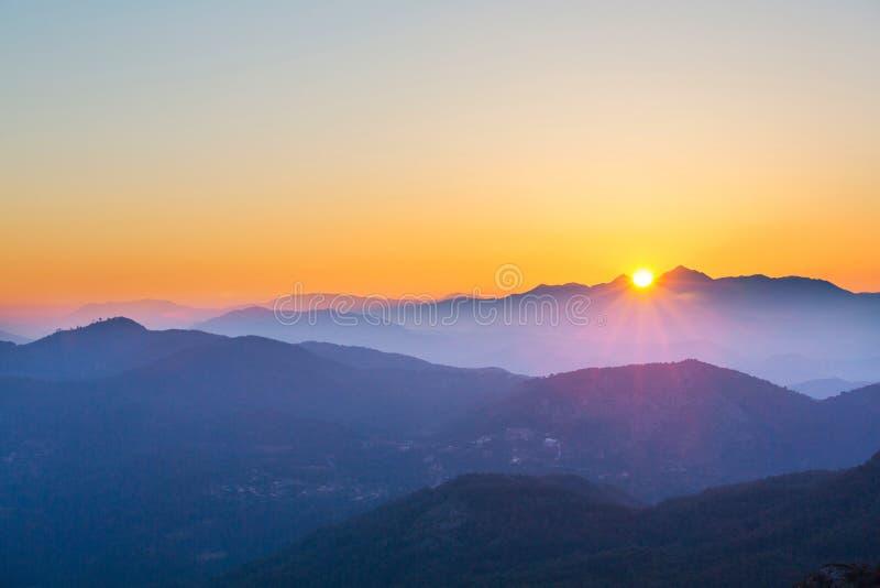 Berg i soluppgång arkivbilder