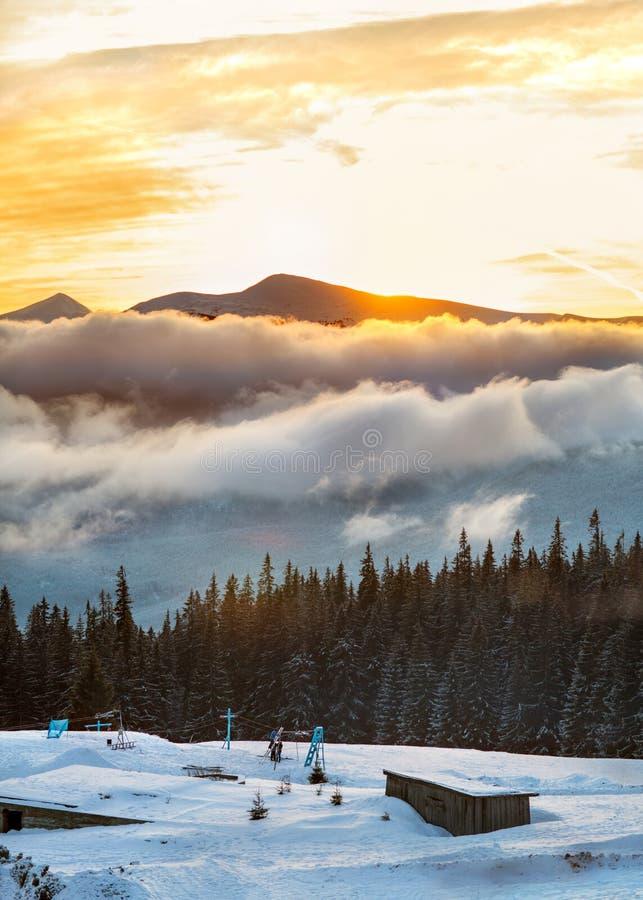 Berg i vintersoluppgång, Carpathians, Ukraina fotografering för bildbyråer