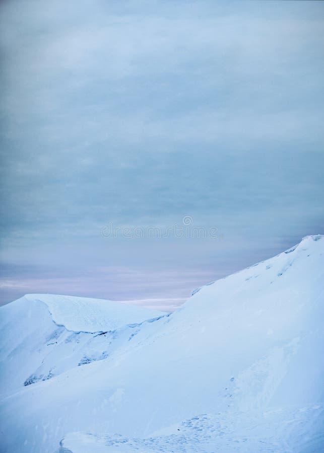 Berg i vintersoluppgång, Carpathians, Ukraina royaltyfri foto