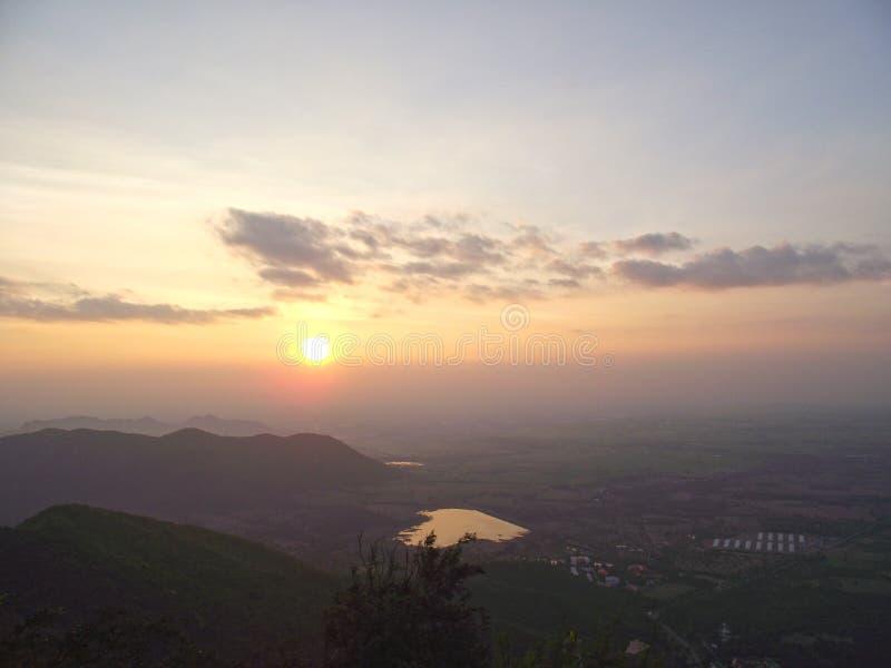 Berg im Himmel und im Schönheitshintergrund lizenzfreie stockfotos