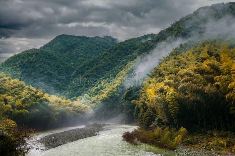 Berg im Regen lizenzfreies stockfoto