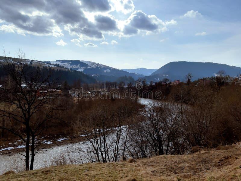 Berg Karpatische Rivier ukraine stock afbeelding