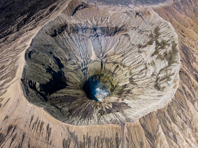 Berg-Kratervulkan der Vogelperspektive majestätischer, Kawah Bromo stockfoto