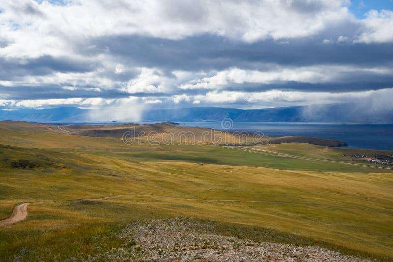 Berg långt framåt på Lake Baikal arkivbild