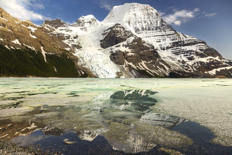 Berg Lake en zet Robson op stock fotografie