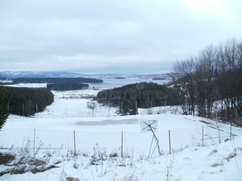 Berg Lake i vinter arkivfoton