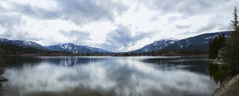 Berg lake och moln arkivbild