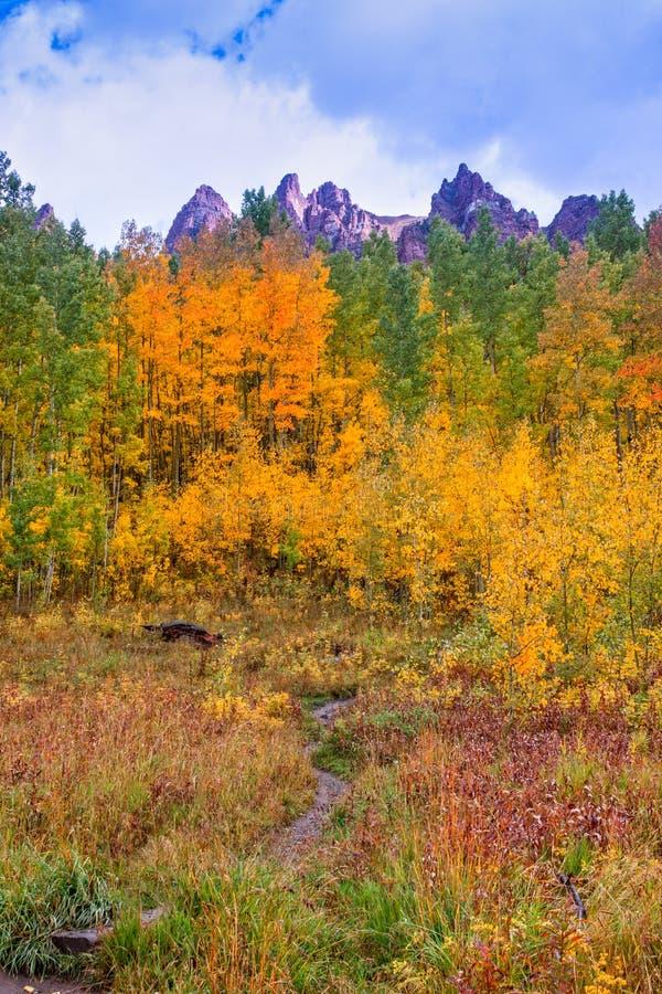 Berg landskap i höst arkivbilder
