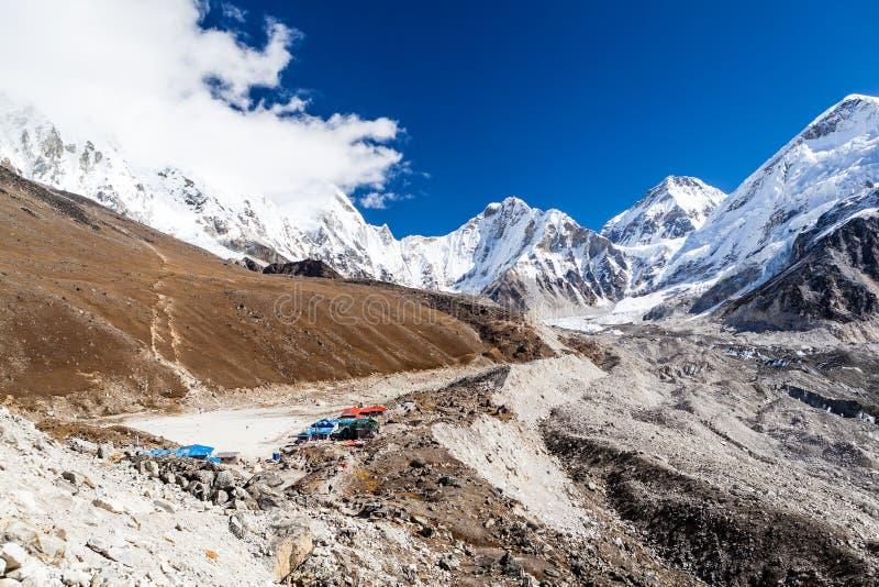 Berg landskap med byn och fotvandrare royaltyfria foton