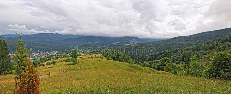 Berg landskap nära den Yaremche byn i Carpathians arkivfoto