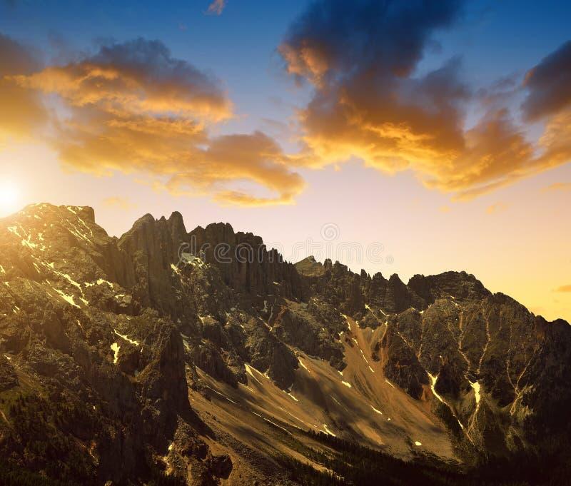 Berg Latemar på solnedgången i Dolomites royaltyfri foto