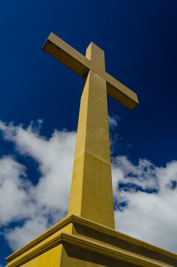 Berg Macedon-Gedenkkreuz gegen einen blauen Himmel stockbild