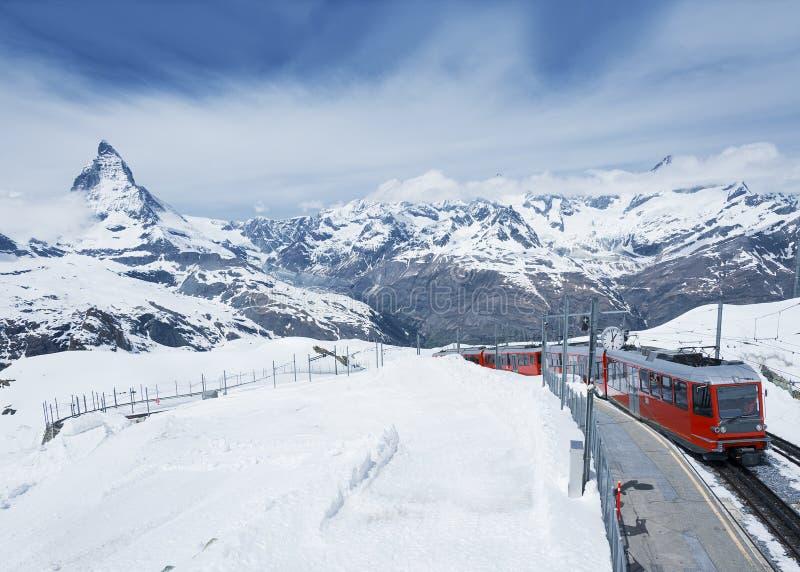 Berg Matterhorn und Zug stockfotografie
