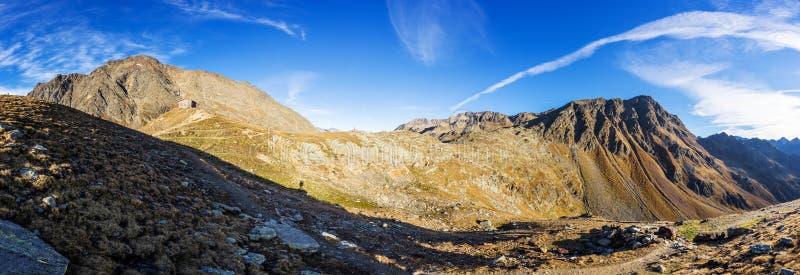 Berg, maxima och trädlandskap, naturlig miljö Timmelsjoch hög alpin väg royaltyfria foton