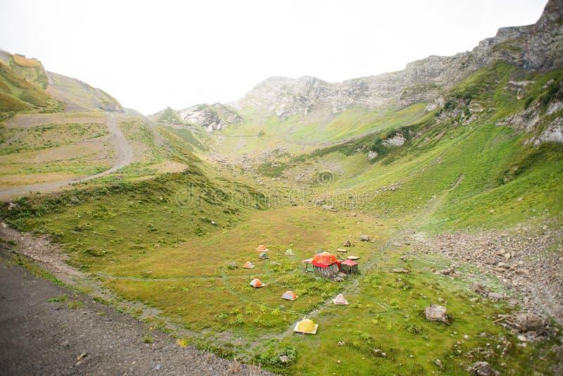 Berg med alpina ?ngar i Sochi Krasnaya Polyana Ryssland royaltyfria foton