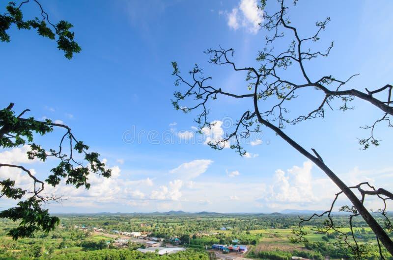 Berg med himmelmolnet fotografering för bildbyråer