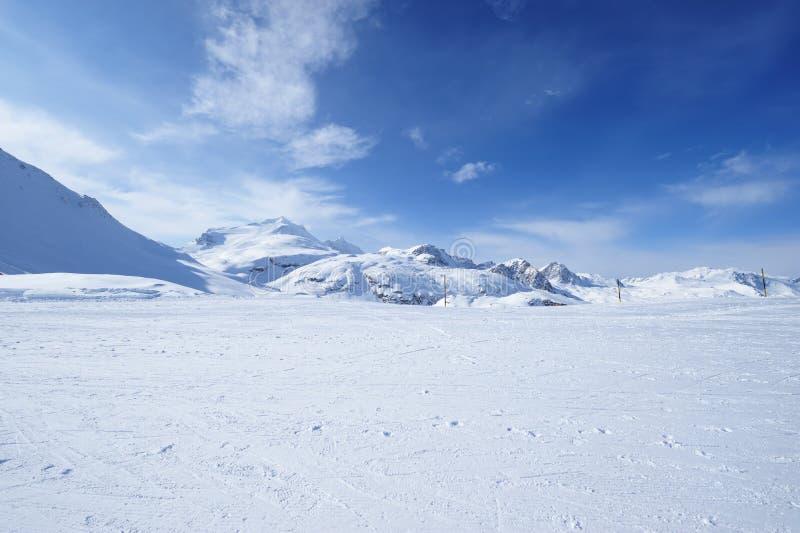 Berg med insnöad vinter royaltyfri bild