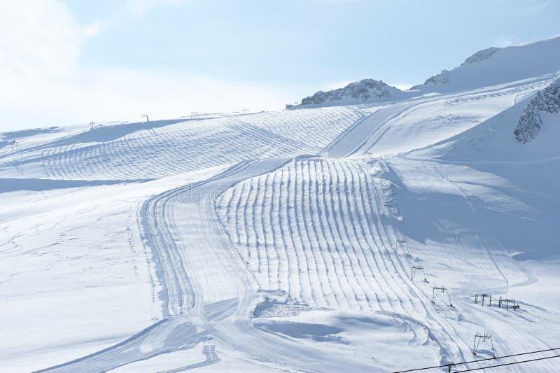Berg med insnöad vinter arkivbild